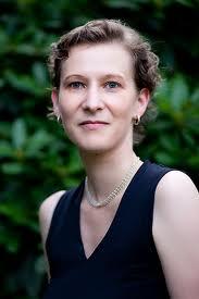 Die gute Frau Kurth: Um einiges attraktiver als Autor und Rezensent, aber mit den Tatsachen hapert's bei ihr...